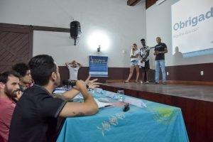Jovem do projeto Futuro do Rio Doce apresenta sua iniciativa para banca avaliadora que comenta